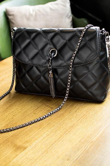 Diamond Quilted Leather Crossbody Handbag with Linked Chains and Metallic Tassel